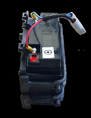 Držák pro snadné vyjmutí akumulátoru